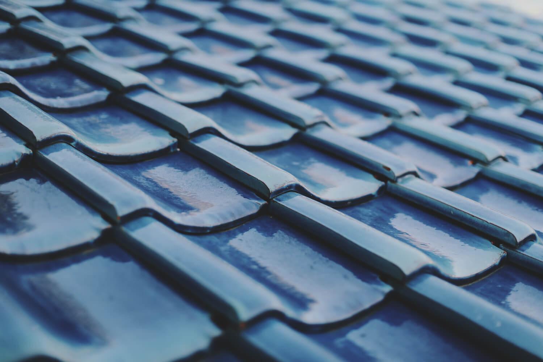 青い屋根が特徴です